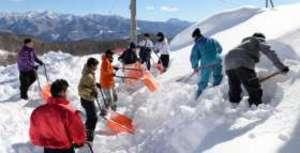 総体 スキー 片品で雪かき急ピッチ 前商高生が会場整備