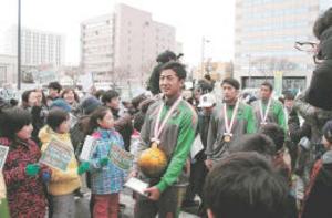 サッカー 青森山田、優勝パレードに沸く