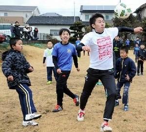児童ら国府高部員とサッカー交流 熊本市・城南町