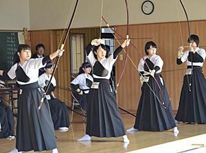 男子は吉田、女子は藤本が優勝 福島県弓道遠的大会