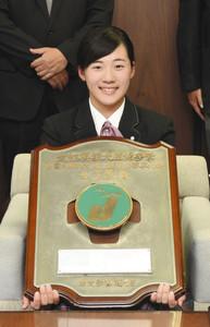 ゴルフ 女子の部で全国優勝 山口さんが八王子市長に報告