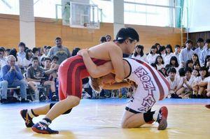 高知東高校で日米レスリング親善試合 県選抜競り勝つ
