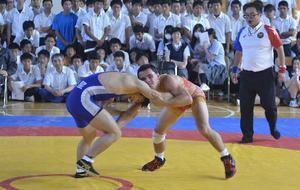日米の高校生が真剣勝負 野辺地で親善レスリング