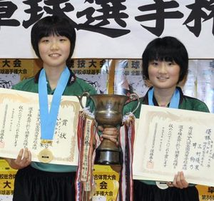 総体 卓球の井・三村優組優勝 高知県勢女子複53年ぶり