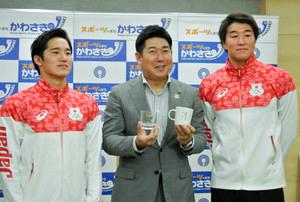 五輪水球代表の2選手 川崎市長訪問