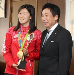 五輪競泳の金藤に市民栄誉賞贈る 岐阜市役所を訪問