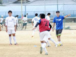 宮沢ミシェルさん 高松南高生にサッカー術指導