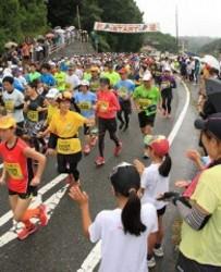 ブドウ畑丘陵地を疾走 井原市で「ふれあいマラソン」