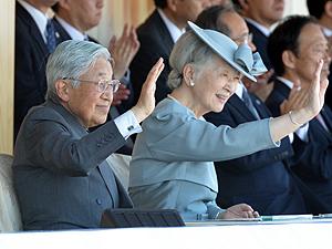 入場行進、両陛下が声援 岩手国体開会式に出席