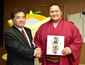 大輝改め「北勝富士」 所沢市長に十両優勝を報告
