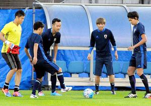 サッカー日本代表 柏木、得意のパスで攻撃彩る
