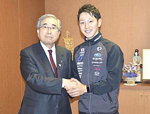 渡辺歩さん「上位狙う」 世界自転車出場へ、福島県郡山市長を表敬訪問