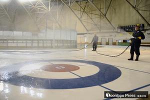 青森県営スケート場で製氷作業始まる