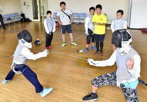高知県で小学生対象に無料フェンシング教室