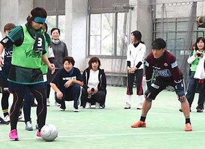 J2松本 ブラインドサッカー「難しい」 後援会、安曇野で体験会