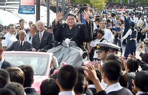 豪栄道初優勝 母校埼玉栄で凱旋パレード 在校生ら4000人声援