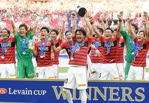 浦和、ルヴァン杯V…李「おめでとう」 待ちわびた優勝カップ掲げる
