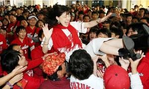 ファン同士で笑顔の胴上げ 広島市内