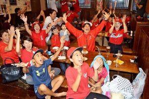 「日本シリーズも勝つ」 広島キャンプ地の沖縄市 歓喜