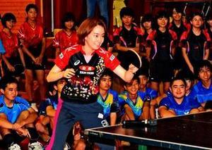 那覇で石川の卓球講習会 メダリストの技に熱視線