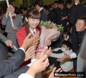 卓球「応援ありがとう」 水谷、福原選手が母校に凱旋