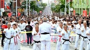 空手のギネス新記録に挑戦 沖縄で4600人の集団演武始まる