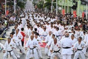 空手演武3973人 ギネス更新 国際通りで記念祭