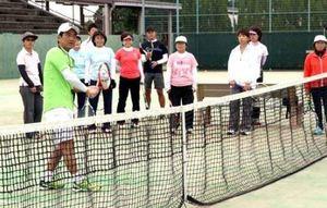 プロ指導 テニス講習会に100人