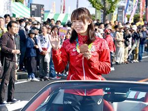 五輪競泳銅の星がパレード 越谷市民まつり、25万人