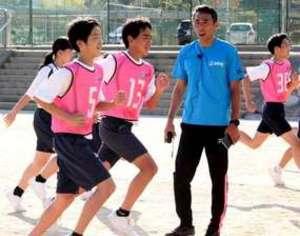 走るこつを学ぶ 元五輪選手の高野進氏の出前授業