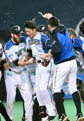 日本ハム 3連勝で王手 西川がサヨナラ満塁弾
