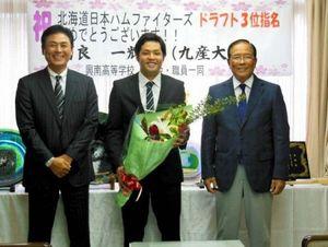 高良、母校・興南高校を訪問 日本ハムドラ3位