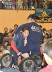 吉田選手、ちびっ子指導 津市で少年少女レスリング大会