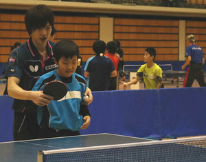 """卓球教えて松平""""先輩"""" 金沢市で教室、児童ら100人"""