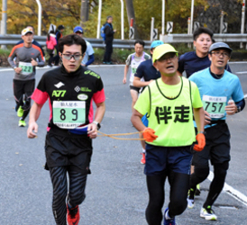 寒風なんの、紅葉の峠道力走 釜石で仙人峠マラソン