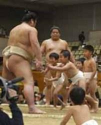 取組、稽古の迫力間近で 大相撲山口場所に3300人