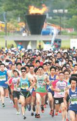 復興マラソン 再生進む街駆ける 6日号砲