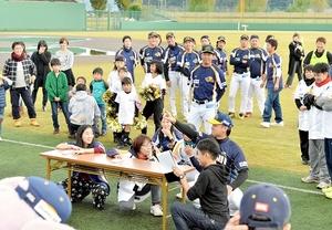 BCリーグの福井 感謝祭 選手とゲーム、ファン笑顔