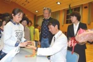 リオパラ・マラソン銅の岡村選手、御前崎に凱旋