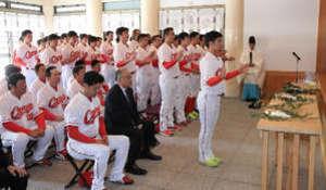 広島カープ、25年ぶりV報告 神社参拝
