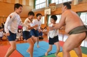 お相撲さんと交流、佐賀市・神野小 ぶつかり稽古に挑戦