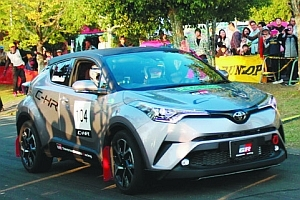 トヨタの新車「C-HR」デモ走行 新城ラリーで豊田社長