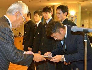 岩手国体健闘たたえる 宮崎市で入賞者表彰式