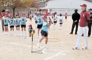 楽天ジュニアコーチ、小学生に授業 「野球は難しくないよ」