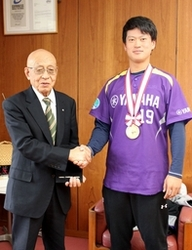 ヤマハ伊藤投手、故郷に社会人野球日本一報告