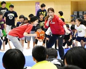 レスリング・吉田選手、得意のタックル児童に伝授 鹿屋市