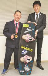 ウェイクボード 相模原の中1、片野君が全日本優勝を報告
