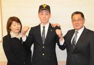 巨人 育成2位指名の磐田東高の加藤と仮契約