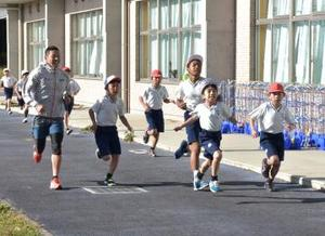 五輪トライアスロンの田山、児童と持久走