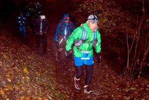 山中走るトレイルラン、宿泊増など経済効果 登山道損傷も